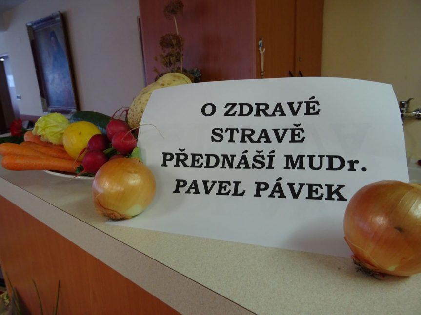 Zdravá strava přednáší MUDr. Pávek Pavel ve společenské místnosti DPS (červen 2018)